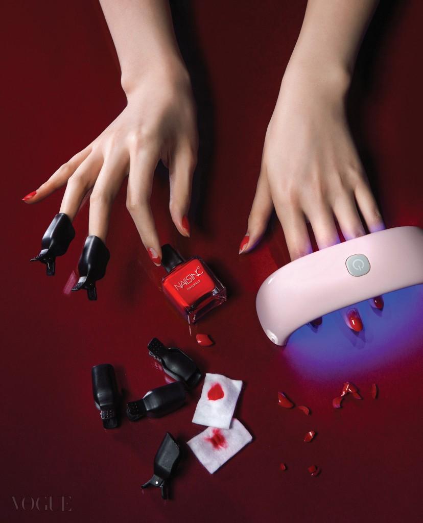 젤 네일 전용 LED 램프는 랩 코스, 빨강 매니큐어는 네일잉크.