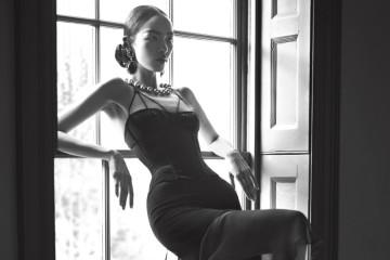 새틴 코르셋은 시안 호프만(Sian Hoffman), 브라는 코코 드 메르(Coco de Mer), 울과 시폰 소재 비대칭 스커트는 지방시(Givenchy), 귀고리는 패셔니트 어바웃 빈티지(Passionate About Vintage), 비키 사르지(Vicki Sarge), 허스트 앤티크(Hirst Antiques), 진주 목걸이는 메어리드 르윈 빈티지(Mairead Lewin Vintage), 스타킹은 칼제도니아(Calzedonia), 에나멜 힐은 비비안 웨스트우드(Vivienne Westwood).