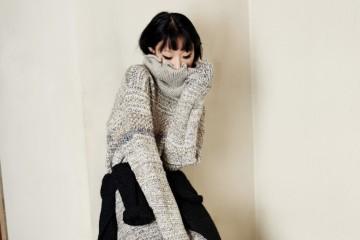오버사이즈 니트 드레스는 문희(Moonhee), 허리에 둘러 연출한 진회색 니트 스웨터는 올세인츠(AllSaints).