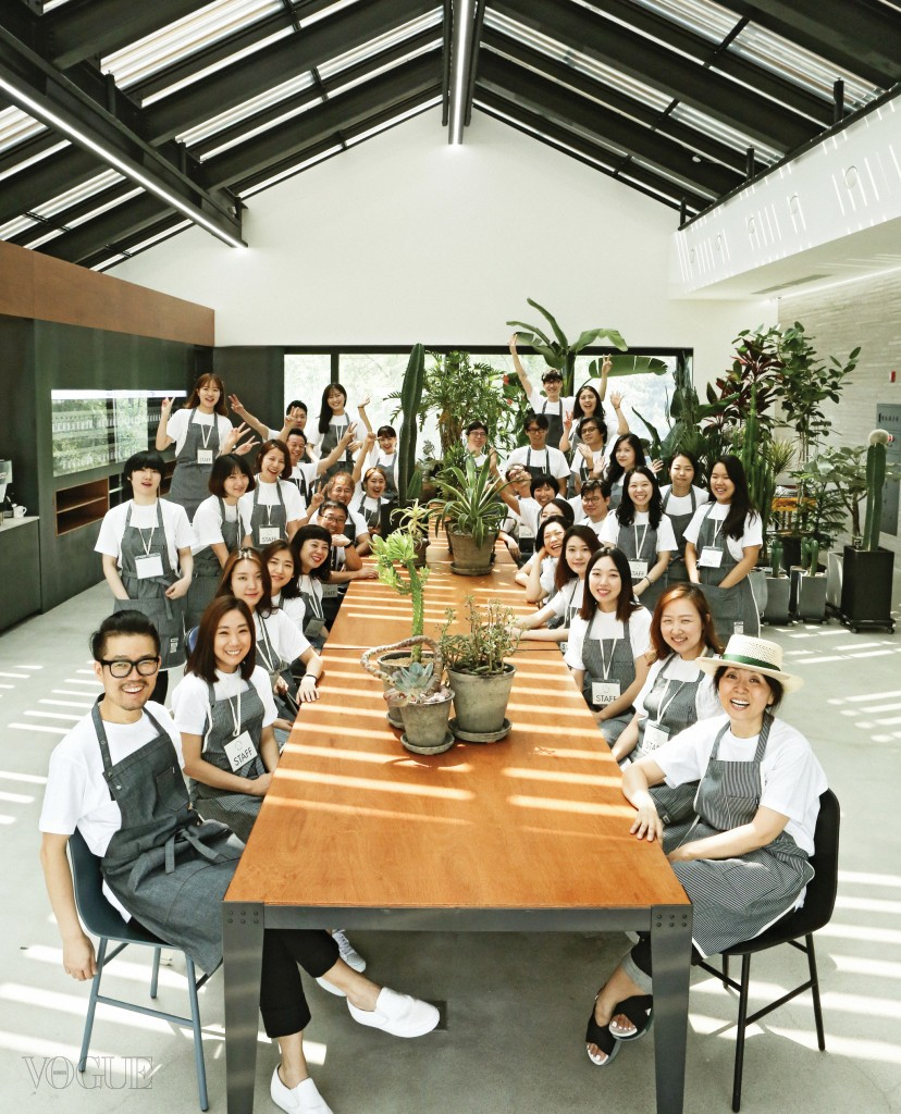'퀸마마 마켓'은 맨 앞에 앉은 강진영(왼쪽)과 윤한희(오른쪽)의 주관과 직관에 의해 자유로운 분위기에서 기획되고 운영된다. 4층 카페로 비치는 자연광과 초록 식물 사이에 퀸마마 마켓을 운영하는 스태프들이 흰 티셔츠에 앞치마를 두른 채 모였다.
