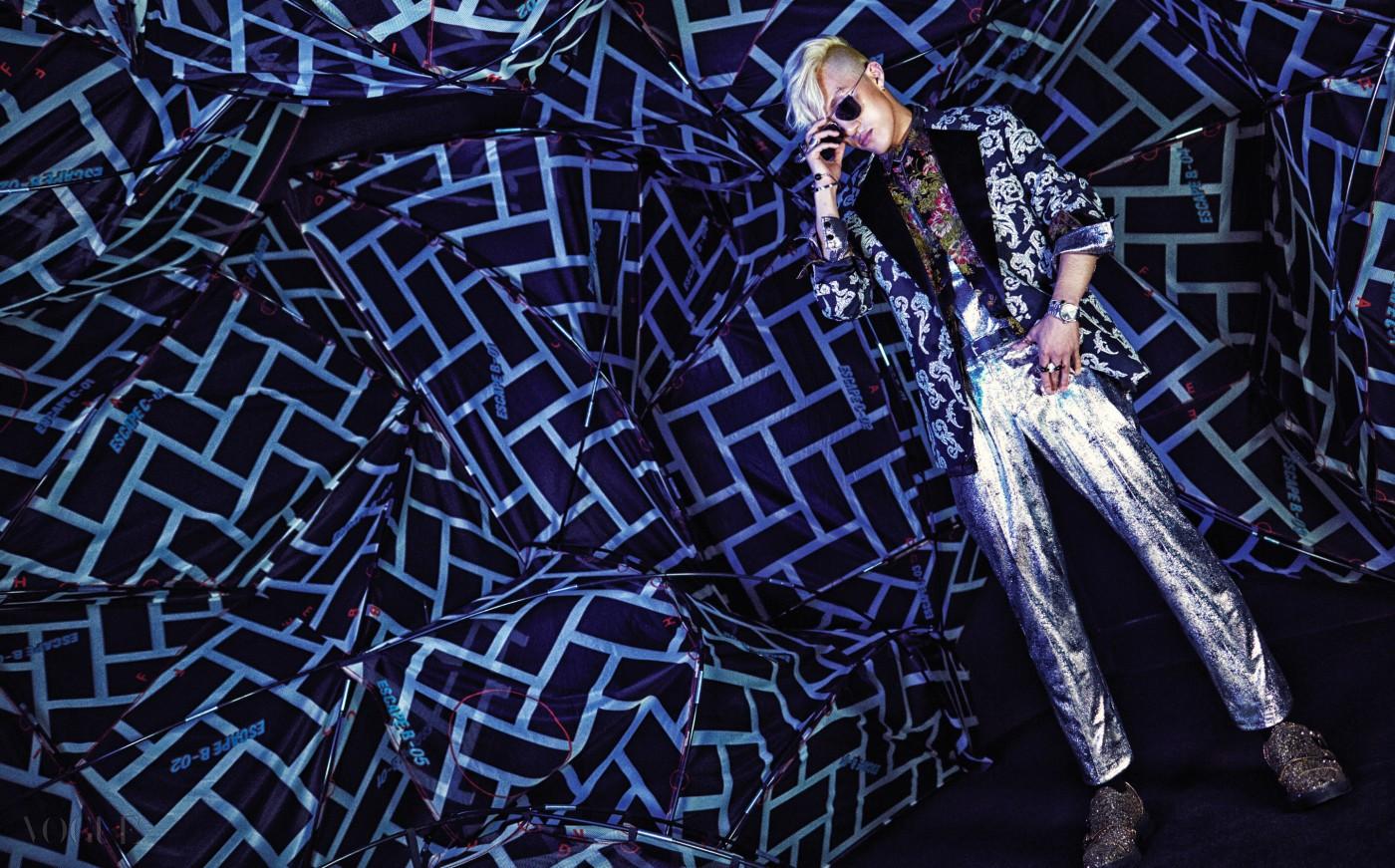 패턴 재킷은 베르사체(Versace), 플라워 패턴 셔츠, 이너, 팬츠는 모두 레쥬렉션(Resurrection by Juyoung), 골드 슈즈는 쥬세페 자노티(Giuseppe Zanotti), 선글라스는 디올 옴므(Dior Homme at Safilo), 양손의 뱅글, 링은 모두 다비데초이(Davidechoi).