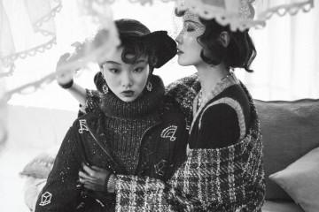 왼쪽 모델의 반짝이는 네이비 니트 스웨터, 비즈 장식 시스루 점퍼와 타탄체크 스커트, 오른쪽 모델의 캐시미어 니트 원피스와 체크 패턴 트위드 코트, 진주 목걸이는 모두 샤넬(Chanel), 컬러 스톤 장식 귀고리는 엠주(Mzuu), 클래식한 모자는 벨앤누보(Bell&Nouveau).