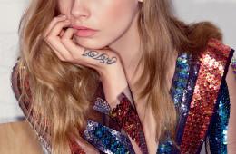 BORN THIS WAY 카라의 가장 큰 매력은 역시 활달하고 거침없는 성격이다. 화려한 컬러로 빛나는 세퀸 드레스는 로다테(Rodarte).