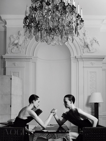 생로랑을 위해 에디 슬리먼은 꾸뛰르 라인을 선보이며, 하우스의 친구들을 위해 옷을 제작할 거라고 전했다.