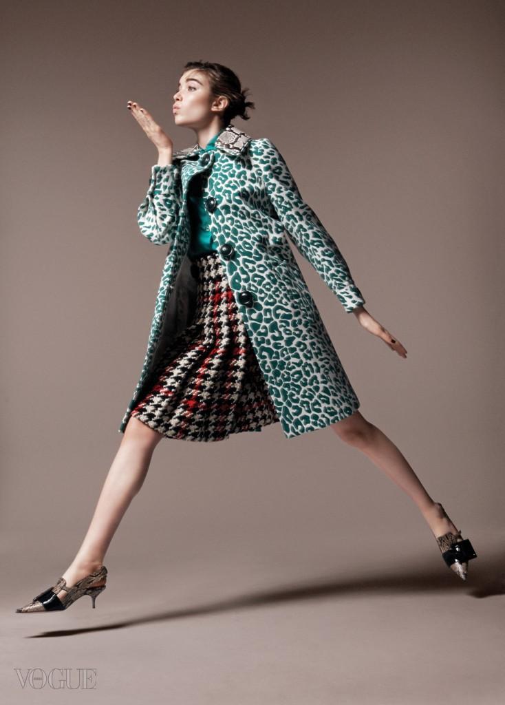 모델 그레이스 하첼(Grace Hartzel@Next)이 입은 실크 블라우스와 체크 플리츠 스커트, 초록색 레오퍼드 패턴 코트는 모두 미우미우(Miu Miu).