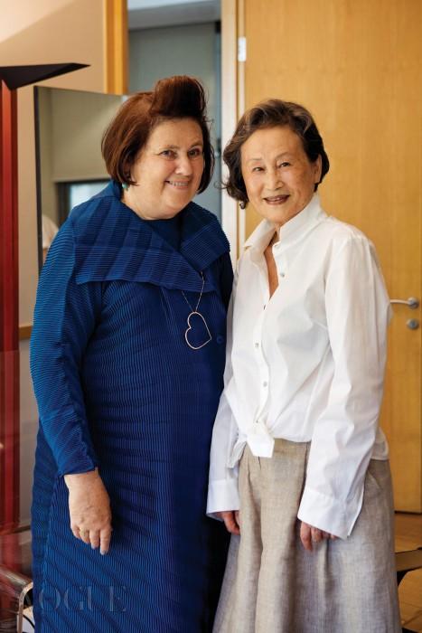 오랜만에 만난 친구처럼 반가워한 수지 멘키스와 진태옥. 멘키스는 자신의 온라인 기사를 정리한 책자와 여성단체를 후원하는 팔찌를, 진태옥은 전통 소재로 만든 차 거름망을 선물했다.