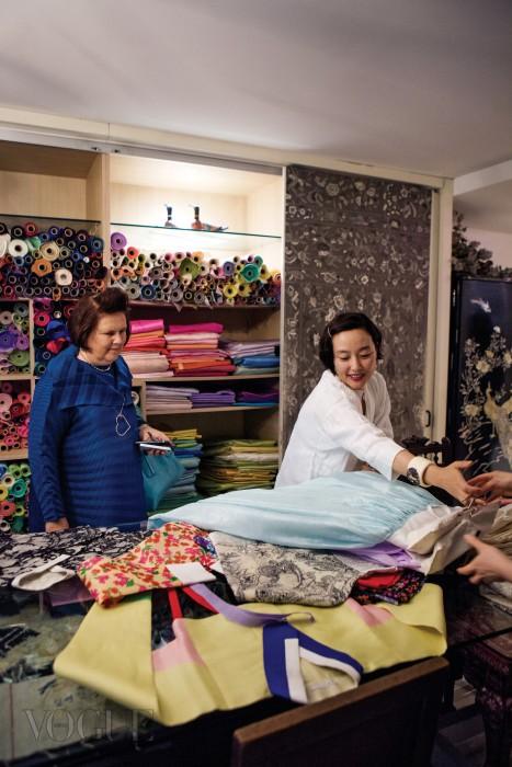 김영진은 다채로운 빛깔의 한복과 원단으로 한국의 전통미를 보여줬다