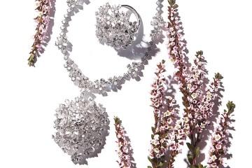 다이아몬드가 수국처럼 촘촘하게 세팅된 '와일드 부케 래디언트' 목걸이와 반지는 타사키(Tasaki).