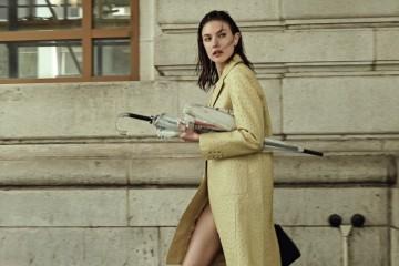 PAINT IN PASTEL올가을 프라다의 파스텔 컬러 컬렉션에 여성들의 두 눈이 반짝였다. 연노랑 낙타 가죽 코트와 스트랩 구두는 프라다(Prada).