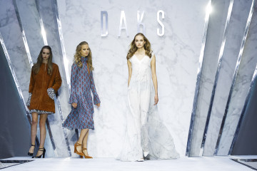 LONDON, ENGLAND - SEPTEMBER 18:  Models walk the runway at the DAKS show during London Fashion Week Spring/Summer 2016 on September 18, 2015 in London, England.  (Photo by Tristan Fewings/Getty Images)