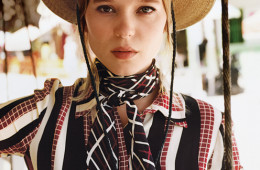 L챕a SEYDOUXSEYDOUX, IN GUCCI DRESS, GUCCI NECKTIE, AND RYAN ROCHE STRAW HAT