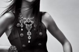 """켄달 제너의 스타일링 팁은? """"심플하게 입을 것. 단, 재미있는 주얼리를 더해야죠."""" 주얼리와 모슬린 드레스는 샤넬(Chanel)."""