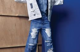 데님 셔츠와 재킷은 리바이스(Levi's), 오버사이즈 디스트레스드 화이트 데님 재킷과 와이드 팬츠는 기옥(Kiok), 스웨이드 소재 프린지 힐은 로저 비비에(Roger Vivier).