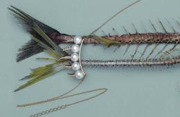 뾰족뾰족한 상어 이빨이 연상되는 뿔 모양이 우아한 진주와 어우러진 데인저 팡 목걸이.