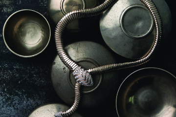 핑크 골드에 뱀 머리와 꼬리 부분에 다이아몬드를 장식한 세르펜티 투보가스 목걸이.