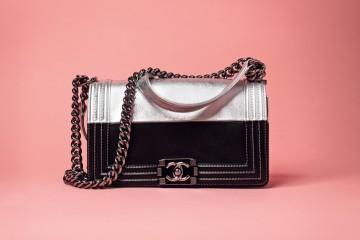 실버 체인 백은 샤넬(Chanel).