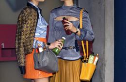 아이스 아메리카노 대신 알록달록한 주스를 들고 다니는 것이야말로 스타일과 건강까지 챙기는 동시대적 룩! 왼쪽 모델의 블라우스와 주홍 스커트는 미우미우(Miu Miu), 비즈 재킷은 루이 비통(Louis Vuitton), 토트백은 프라다(Prada), 시계는 애플 워치(Apple Watch), 반지들은 구찌(Gucci)와 루이 비통. 오른쪽 모델의 니트 톱과 벨트, 숄더백은 모두 루이 비통, 플리츠 스커트는 구찌, 시계는 샤넬(Chanel), 반지들은 판도라(Pandora).