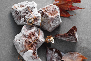 다이아몬드를 감싼 고딕풍 세공이 돋보이는 핑크 골드 목걸이와 나비 장식 반지, 카모마일 모티브 화이드 골드 반지는 모두 루시에(Lucie).