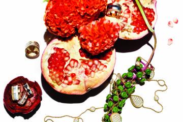 석류의 관능적인 자줏빛과 어울린 콰트르 링 컬렉션. 옐로, 핑크, 브라운, 화이트 네 가지 골드와 다이아몬드 밴드가 어울렸다. 다이아몬드 10.86캐럿을 장식한 쎄뻥 보헴 옐로 골드 라지 다이아 소뜨와르 목걸이는 우아한 매력이 넘친다.