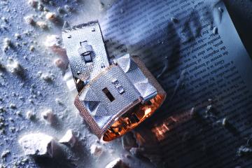 화이트 골드에 다이아몬드 총 493개를 세팅한 뱅글과 로즈 골드에 브라운 다이아몬드 1,080개와 화이트 다이아몬드 2,621개를 사용한 큼직한 뱅글은 모두 켈리 백의 잠금 장치에서 영감을 받은 디자인.