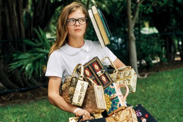 BALANCING ACT 수업 교재 대신 자수 장식 가방 더미를 품에 안은 귀여운 여학생. 다채로운 색상과 무늬의 박스 백은 모두 돌체앤가바나(Dolce&Gabbana).