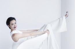 흰색 점프수트는 나르시소 로드리게즈(Narciso Rodriguez), 구두는 마놀로 블라닉(Manolo Blahnik at Albright Fashion Library).