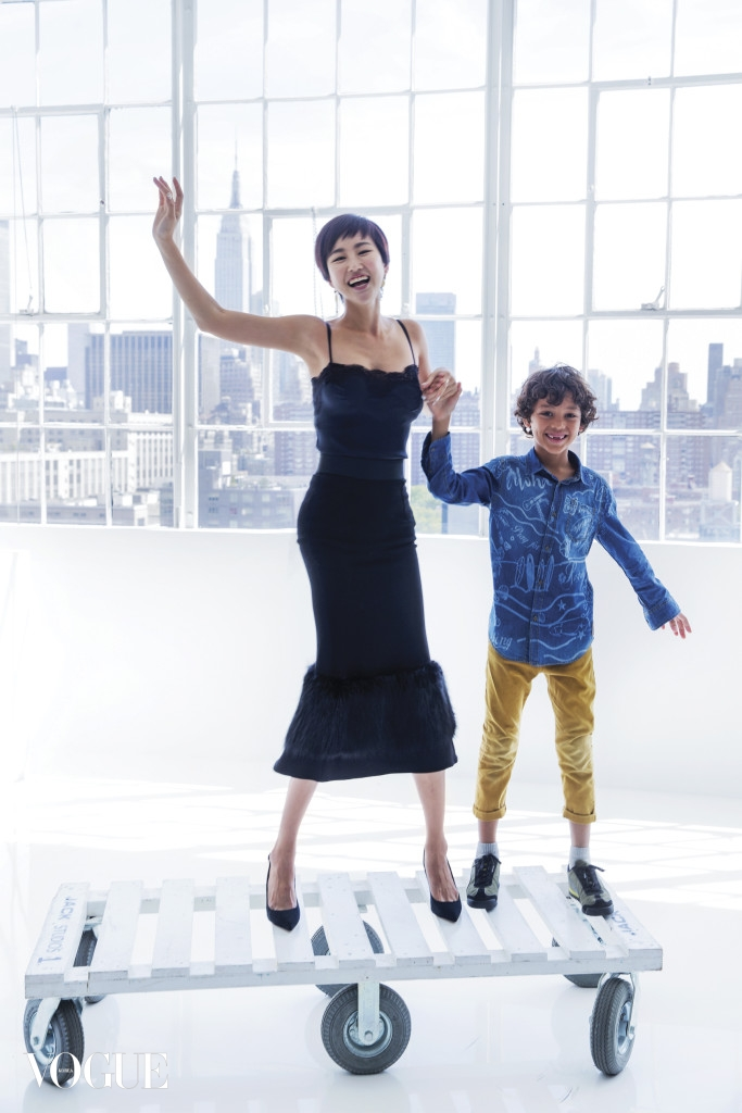 검정 드레스와 구두는 돌체앤가바나(Dolce&Gabbana), 박혜상의 노랫소리를 듣고 찾아온 아이의 이름은 사무엘 네구시에(Samuel Negussie).
