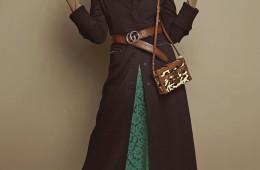 HIDDEN FACE 마르지엘라 군단이 표현한 너드 룩은 풍성한 갈래머리와 바닥에 닿을 듯 기다란 코트, 그리고 독특한 컬러 아이템을 더하는 것. 검은 코트 자락 사이로 살짝 보이는 통통 튀는 색감의 니트 톱과 스커트가 당신의 내면에 숨겨진 '너드'의 모습과 닮은 것 같지 않나? 지퍼 디테일 맥시 코트는 메종 마르지엘라(Maison Margiela at Boon The Shop), 노랑 니트 톱은 랙앤본(Rag&Bone at Beaker), 레이스 스커트와 로고 벨트는 구찌(Gucci), 고글이 부착된 비니는 씨피 컴퍼니(C.P. Company at Ohkoos), 레오퍼드 패턴 스퀘어 백과 스터드 장식 키튼 힐은 루이 비통(Louis Vuitton)