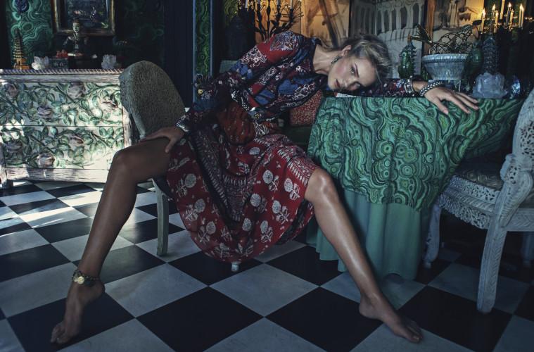 플라워 프린트의 히피 드레스는 버버리 프로섬(Burberry Prorsum).