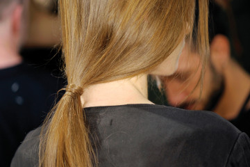 Alberta Ferretti  적당량의 스프레이를 이용해 모발을 뒤로 넘겨준다. 그런 다음 양쪽 귀 라인이 전부 보일 수 있도록 깔끔하게 정돈해준 뒤 1m 정도의 긴 고무줄을 이용해 묶이는 부위를 돌돌 말아준다.