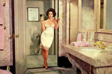 '버터필드 8(1960)'에서 콜걸 겸 모델을 연기한 슬립 드레스 차림의 엘리자베스 테일러