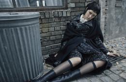 모직 케이프는 랑방(Lanvin), 꽃 모양 퀼팅이 특징인 재킷과 스커트, 프릴 디테일 블라우스는 모두 샤넬(Chanel), 미디 부츠는 지방시(Givenchy by Riccardo Tisci).