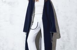 스티치 디테일의 울 코트, 검정 파이핑 디테일의 흰색 와이드 패츠는 로우클래식(Low Classic), 흰색 톱은 셀린(Céline), 송치가죽 로퍼는 막스마라(Max Mara), 실버 목걸이는 넘버링(Numbering).