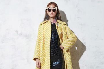 노랑 트위드 소재 코트와 빨강 줄무늬 블라우스, 가죽 드레스는 모두 미우미우(Miu Miu), 투톤 스트랩 힐은 프라다(Prada), 뿔 모양 디테일의 선글라스는 젠틀몬스터(Gentle Monster × Opening Ceremony).