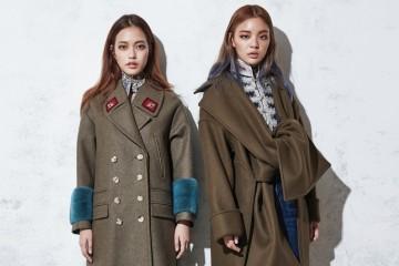 왼쪽 모델의 소매 끝 퍼 디테일이 특징인 카키색 코트는 구찌(Gucci), 스웨이드 싸이하이 부츠는 스튜어트 와이츠먼(Stuart Weitzman), 꽃무늬 반도 스카프는 루이 비통(Louis Vuitton), 오른쪽 모델의 카키색 코트는 셀린(Céline), 은색 자수 디테일 재킷과 데님 크롭트 팬츠는 디스퀘어드2(Dsquared²), 스포티한 싸이하이 부츠는 디올(Dior).