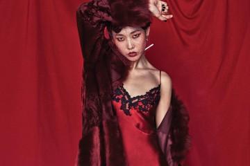 다양한 종류의 털로 패치워크한 마르살라 레드 모피 코트는 에스카다(Escada), 실크 슬립은 라펠라(La Perla), 귀고리는 베르사체(Versace).