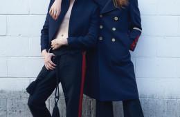 왼쪽 모델의 차이나 칼라 블레이저, 붉은색 라인 팬츠는 랑방(Lanvin), 레이스업 슈즈는 알렉산더 맥퀸(Alexander McQueen), 오른쪽 모델의 골드 버튼으로 포인트를 준 장교 코트와 팬츠는 구찌(Gucci), 페이턴트 부츠는 발렌티노(Valentino).