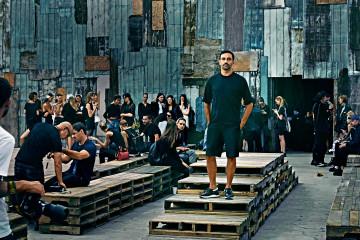 지방시에서의 10주년을 자축하는 성대한 패션쇼를 준비한 리카르도 티시. 뉴욕에서 열린 쇼는 패션과 예술, 음악이 더해진 한 편의 퍼포먼스 아트였다.