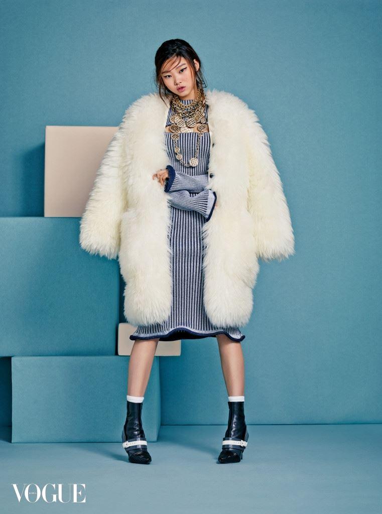 Bold Move 코트와 스트레치 리브 니트 원피스, 반지와 앵클 부츠는 모두 루이 비통(Louis Vuitton), 코인 펜던트 장식 목걸이는 샤넬(Chanel), 골드 메탈 목걸이는 엠주(Mzuu), 나머지 체인 목걸이는 모두 피 바이 파나쉬(P by Panache).