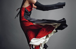 움직일 때마다 물결치는 실크와 새틴 소재 드레스의 매력. 컬러 블록 드레스는 셀린(Céline), 비스코스 소재 팬츠는 발렌시아가(Balenciaga), 암 워머로 스타일링한 레그 워머는 발레 뷰티풀(Ballet Beautiful), 양말은 탑샵(Topshop), 메리 제인 슈즈는 랙앤본(Rag&Bone).