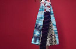 짧은 금발 머리로 서울 패션계의 시선을 끌고 있는 모델, 이지. 프린트 미니 드레스와 플렉시글라스 귀고리는 모두 프라다(Prada).