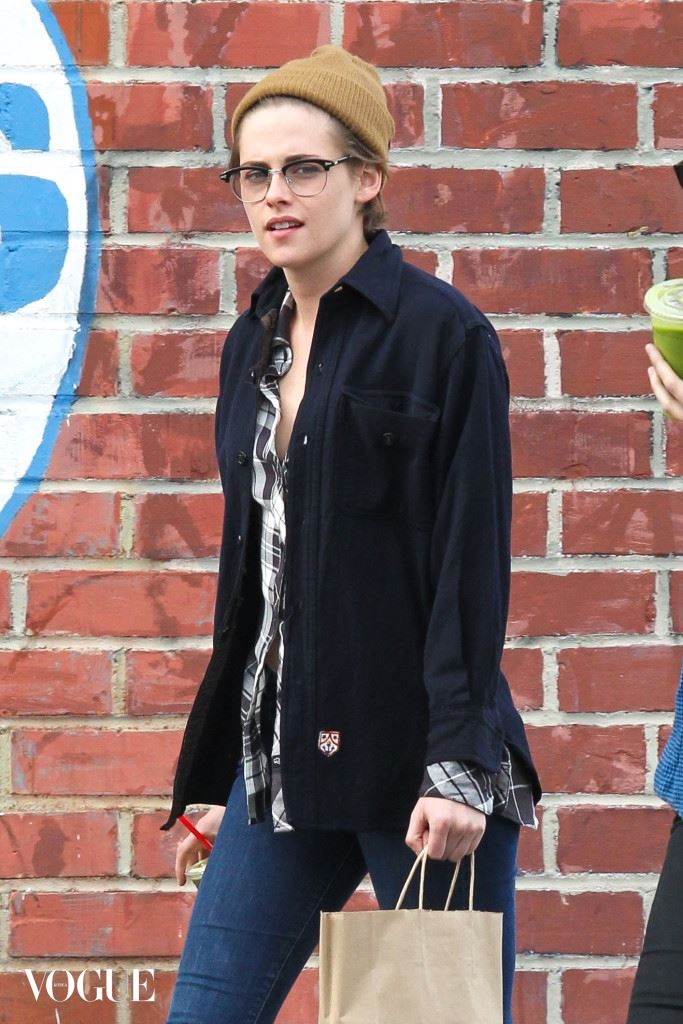 Kristen Stewart and a gal pal share a meal just before Christmas
