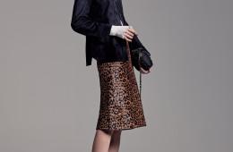 스웨이드 재킷은 쟈니 헤잇 재즈, 레오파드 패턴의 미디 스커트는 바네사브루노, 아이보리색 터틀넥 플오버와 블랙 앵클부츠, 귀고리는 모두 자라, 블랙 미니 숄더백은 엠 미쏘니 제품.
