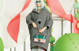 코쿤 실루엣 코트는 발렌시아가(Balenciaga), 레이스 원피스는 발렌티노(Valentino), 미러 선글라스는 독스(Dox at Omin), 투톤 컬러 미니 숄더백은 구찌(Gucci), 스트랩 힐은 메종 마르지엘라(Maison Margiela).