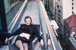Take Me Out 와 세 번째 만남을 가진린지 윅슨.  아스트라칸과 시어링으로 장식한 울 스웨터와 양털 부츠로 모던한 감각을 더했다.