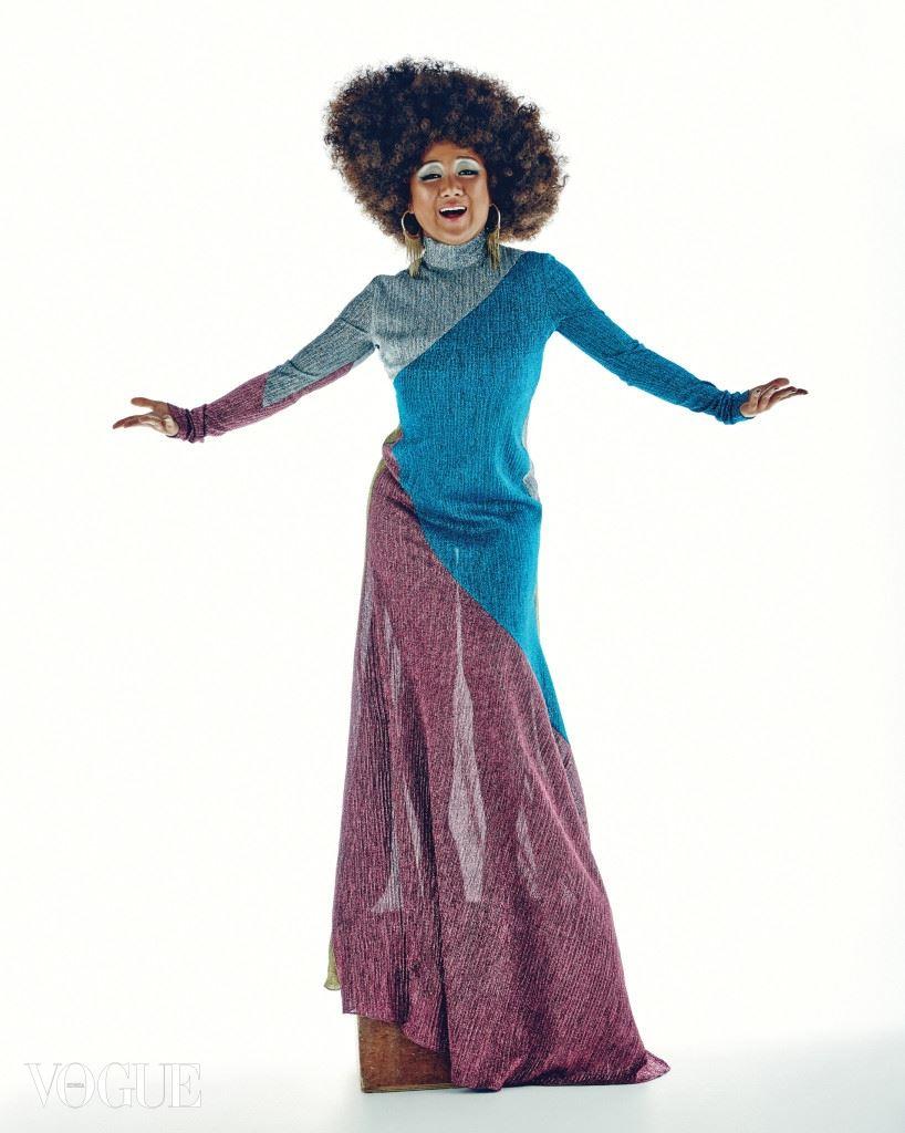 Diana Ross 메탈릭한 컬러 블로킹 드레스는 카이(Kye), 태슬 장식 금색 귀고리는 빔바이롤라(Bimba Y Lola).