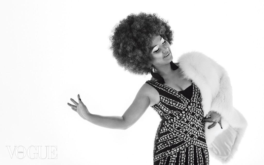 Diana Ross 풍성한 여우털 재킷은 베드니(Bedni), 메탈 비즈 장식 이브닝 드레스는 21드페이(21Defaye), 태슬 귀고리는 H&M.