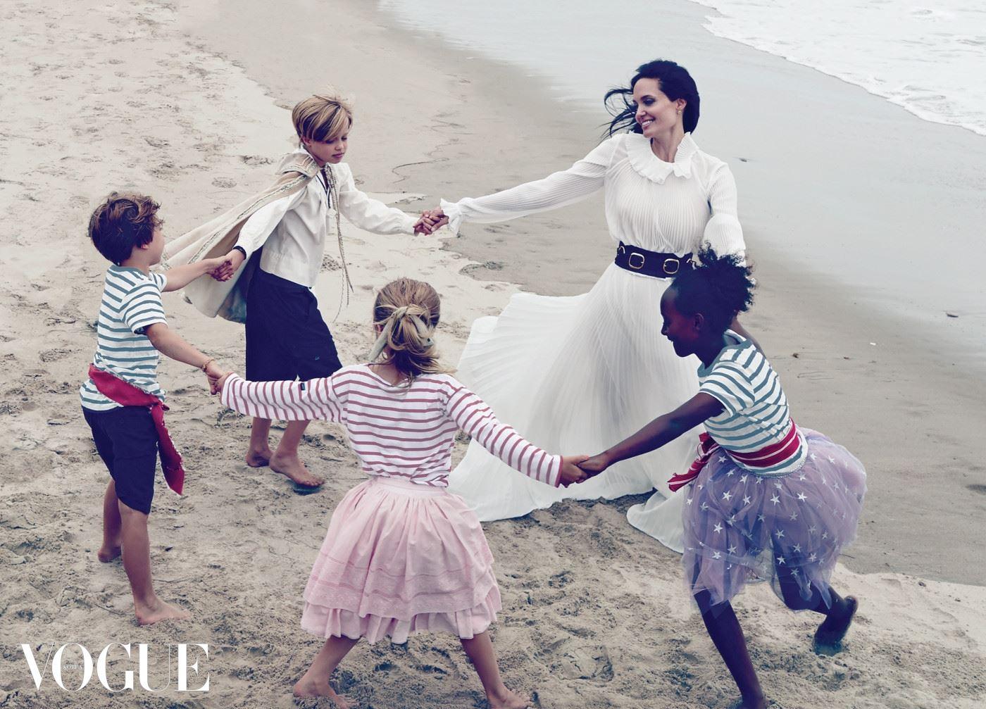 "CIRCLE DANCE ""지금이 아이들에게 가장 중요한 시기라는 걸 잘 알고 있어요."" 안젤리나 졸리는 엄마로서 역할을 충실히 수행하고 있다. 드레스는 오스카 드 라 렌타(Oscar de la Renta), 버클 장식 벨트는 재나 베인(Zana Bayne)."