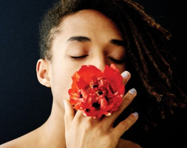 Flower Child 할리우드 슈퍼스타 윌 스미스와 제이다 핀켓 스미스의 아들. 제이든 스미스는 디자이너, 뮤지션, 배우 등으로 활동 영역을 넓히고 있다. 얼마 전엔 루이 비통 여성복 광고 모델로도 등장했다.헤어 / 칼라 젠트리 오소리오(Carla Gentry Osorio) 메이크업 / 스티븐 아투로(Steven Aturo for Dermalogica Skincare & Smashbox Cosmetics)