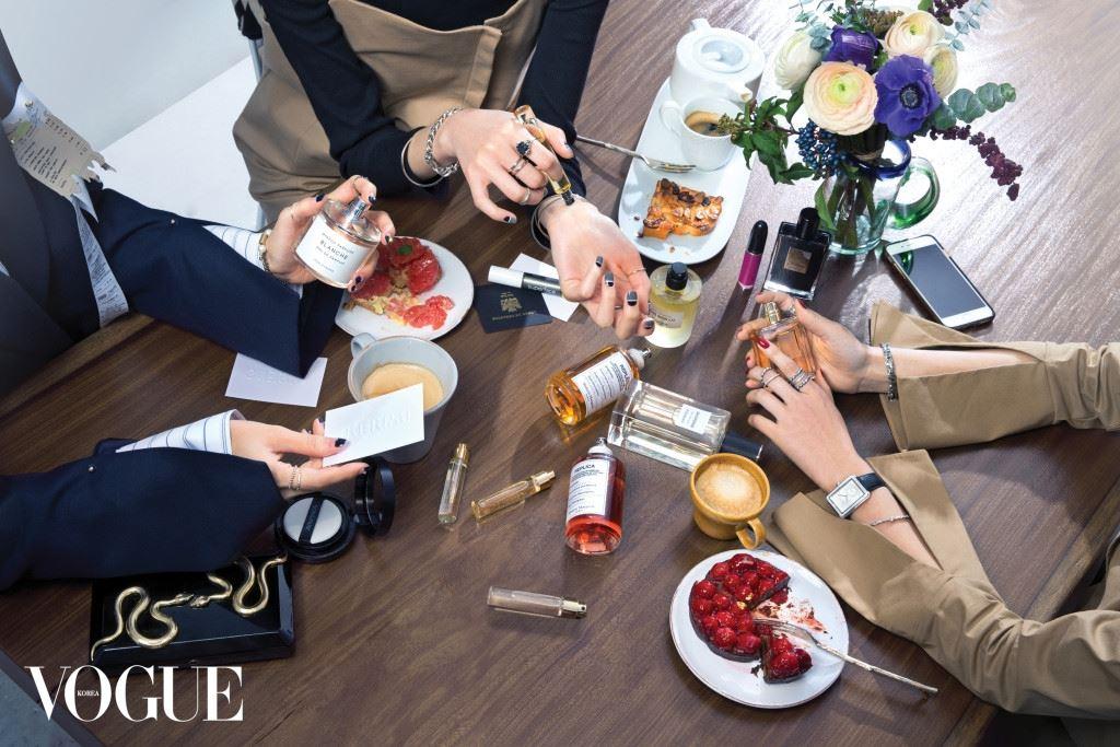 (왼쪽부터)바이레도 향수를 들고 있는 모델의 셔츠와 재킷은 문탠, 팔찌와 반지는 모두 먼데이에디션. 바이레도 롤온 향수를 손에 쥔 모델의 검정 긴소매 셔츠와 베이지색 원피스는 이콤마이, 반지와 팔찌는 모두 H.R. 샤넬 향수를 들고 있는 모델의 베이지색 셔츠는 이콤마이, 반지와 팔찌는 이자벨라 에뚜, 손목시계는 샤넬 보이프렌드.